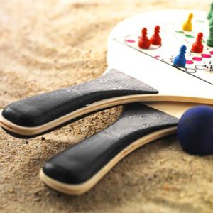set-de-2-raquettes-de-plage-en-bois-avec-jeux